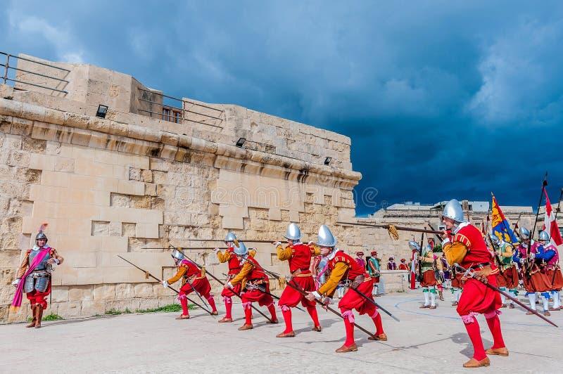 In Guardia-Parade an Kavalier St. Jonhs in Birgu, Malta stockbilder