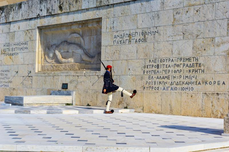 Guardia presidencial delante del parlamento griego en Atenas, Grecia Cambio de la ceremonia del protector imagen de archivo