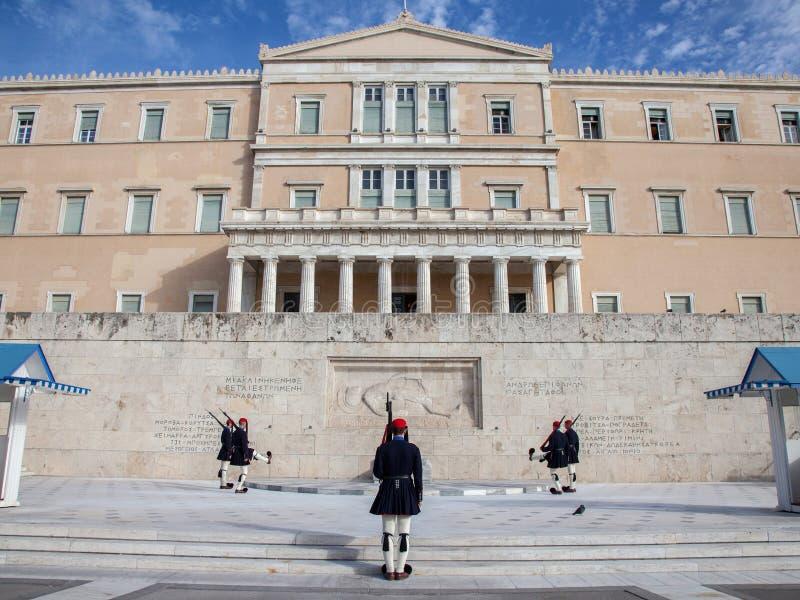 Guardia presidenziale greca, Evzones, sfoggiante davanti al Parlamento greco sul quadrato di sintagma immagini stock