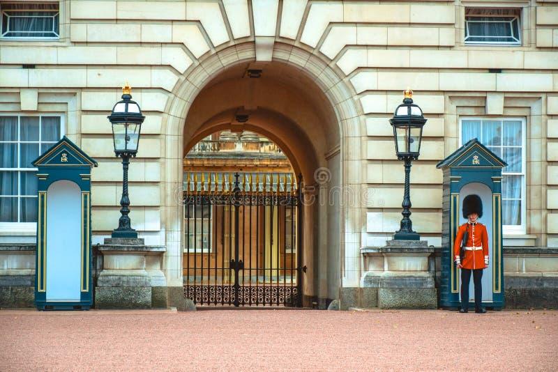Guardia real del granadero que coloca su posición en un poste delante del Buckingham Palace, Londres, Reino Unido del centinela fotos de archivo