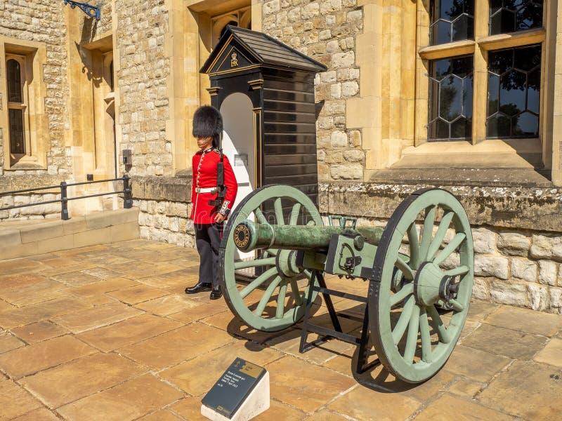 Guardia real dentro de la torre de Londres imagen de archivo libre de regalías