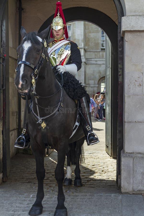 Guardia reale che si siede in una custodia di cavallo una porta fotografia stock libera da diritti