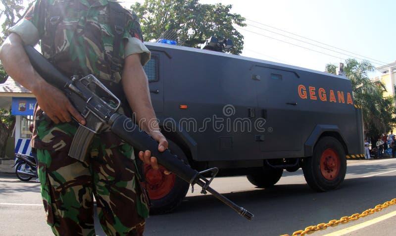 Guardia stan del soldado armado en la reconstrucción del terrorista foto de archivo