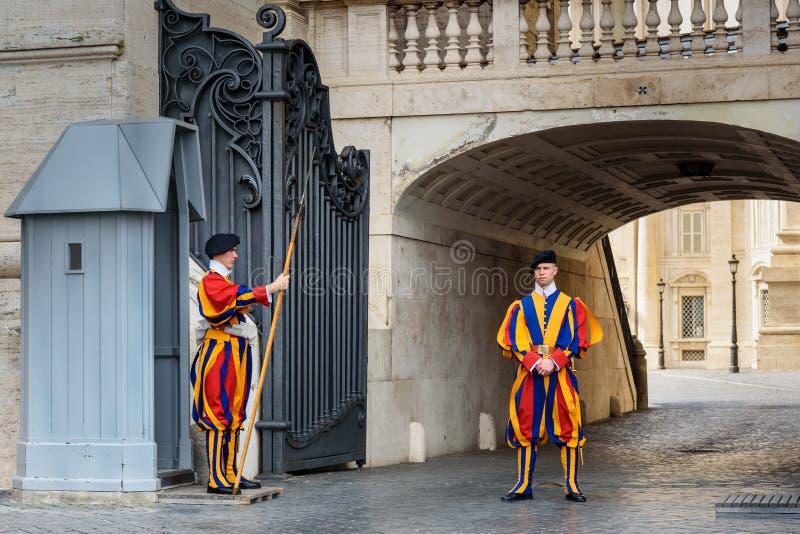Guardia suizo en su uniforme tradicional cerca de la basílica de San Pedro en la Ciudad del Vaticano imagenes de archivo
