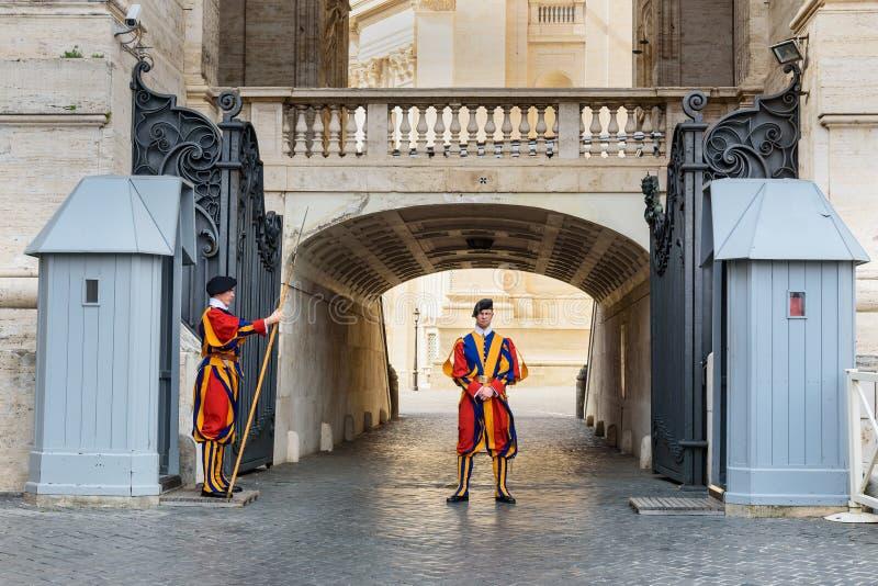 Guardia suizo en su uniforme tradicional cerca de la basílica de San Pedro en la Ciudad del Vaticano imagen de archivo libre de regalías