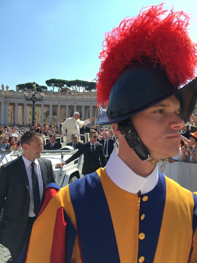 Guardia svizzera pontificale - quadrato papale della st Peter's del pubblico fotografia stock