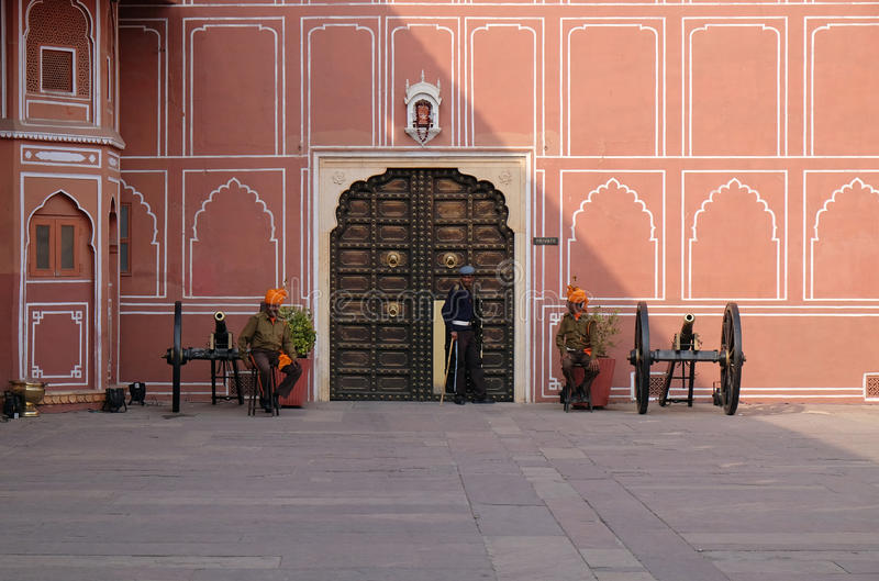Guardia y cañones en palacio de la ciudad de Jaipur fotografía de archivo libre de regalías