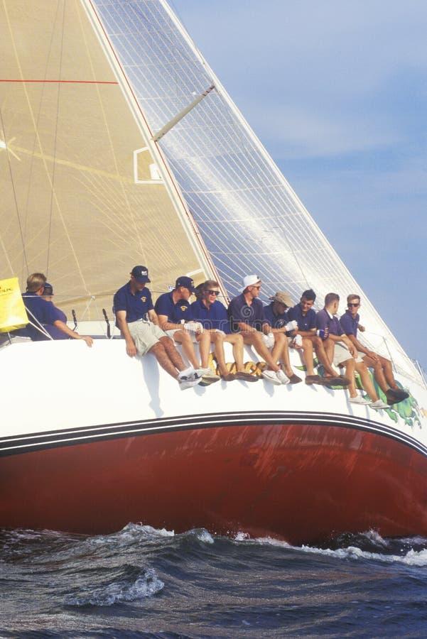 Guardiamarinas del U S Habilidades de la navegación de la práctica de la Academia Naval en bahía de Chesapeake, cerca de Annapoli foto de archivo libre de regalías