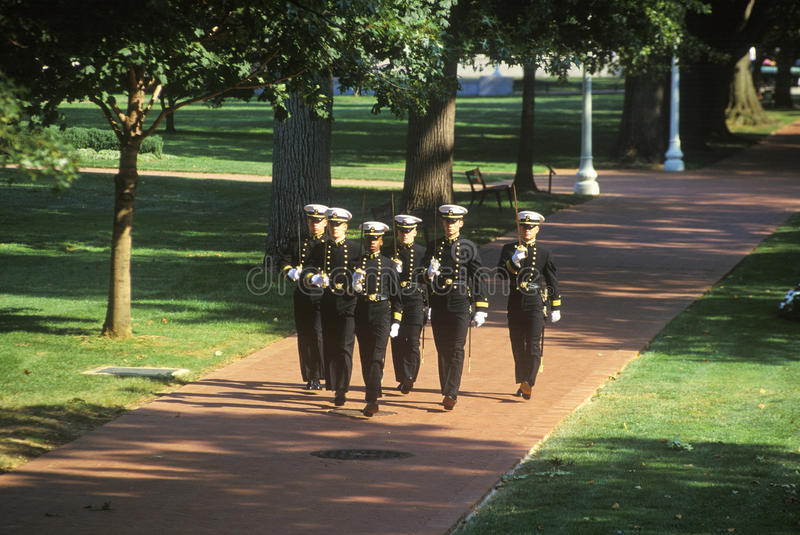 Guardiamarinas que marchan con las espadas, Academia Naval de Estados Unidos, Annapolis, Maryland imagen de archivo libre de regalías