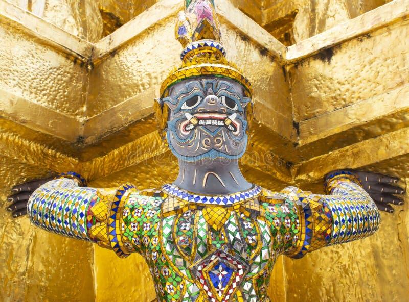 Guardiano di Giants sotto la pagoda dorata in Wat Pra Kaew a Bangkok t fotografia stock libera da diritti