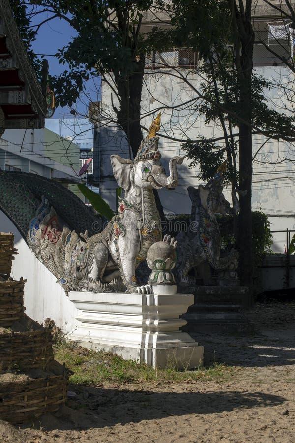 Guardiano a Wat Ming Muang, Chiang Rai, Tailandia fotografia stock libera da diritti