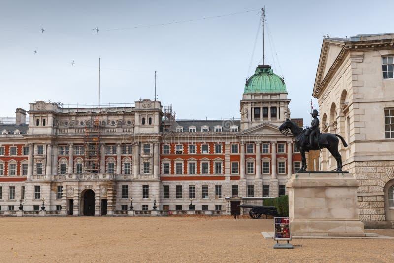 Guardias de caballo, edificio histórico en Londres fotos de archivo