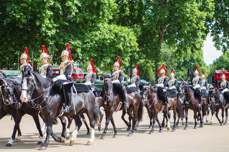 Guardias de caballo famosos de Londres Cambio de la ceremonia de los guardias en el Buckingham Palace foto de archivo