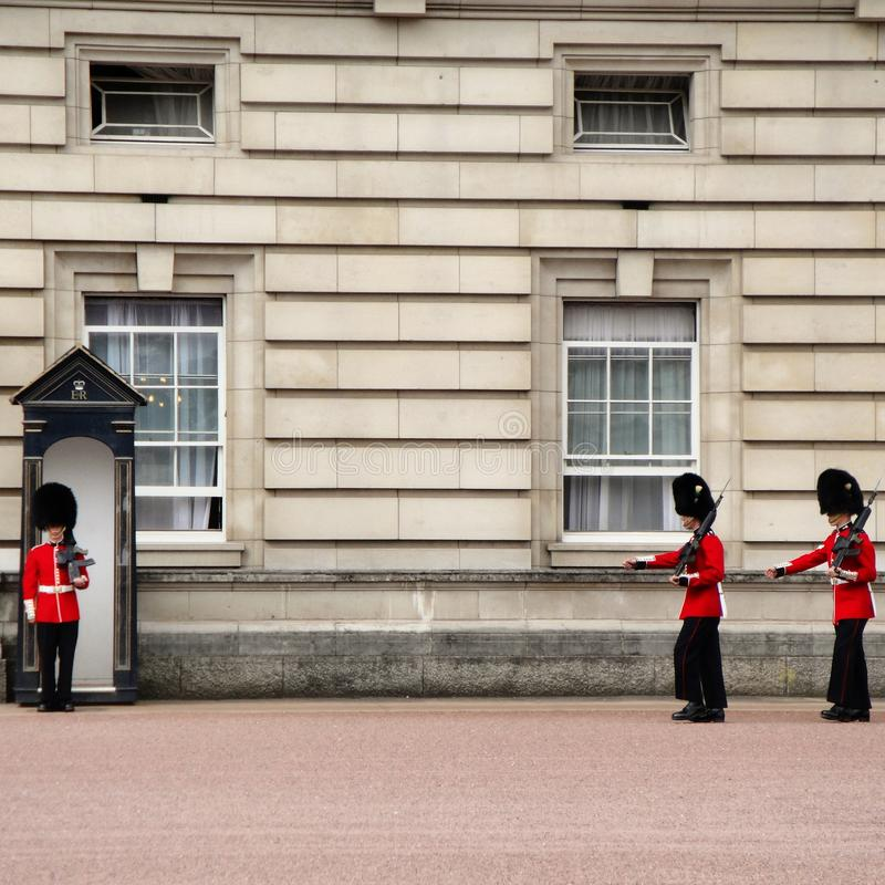 Guardias del Buckingham Palace foto de archivo
