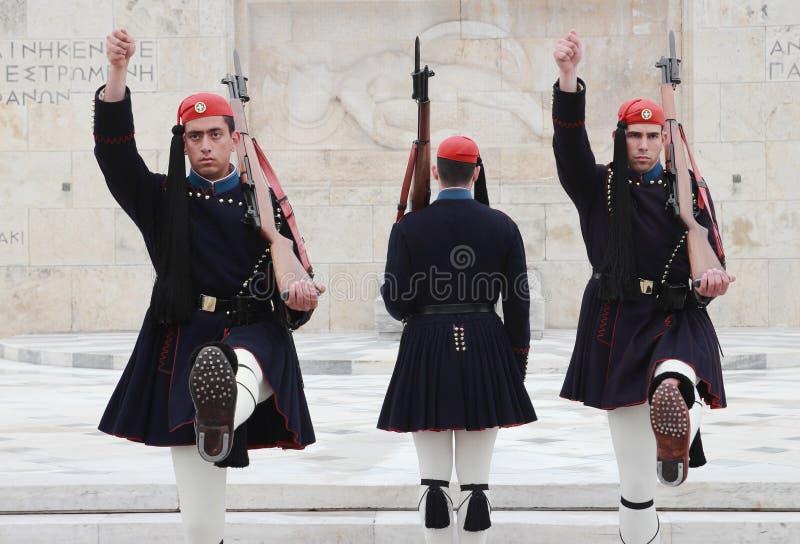 Guardias del Griego en el parlamento imagenes de archivo