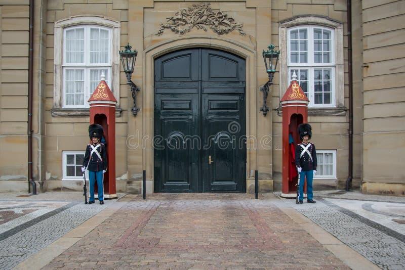 Guardias en Amalienborg - castillo real en Copenhague dinamarca foto de archivo libre de regalías