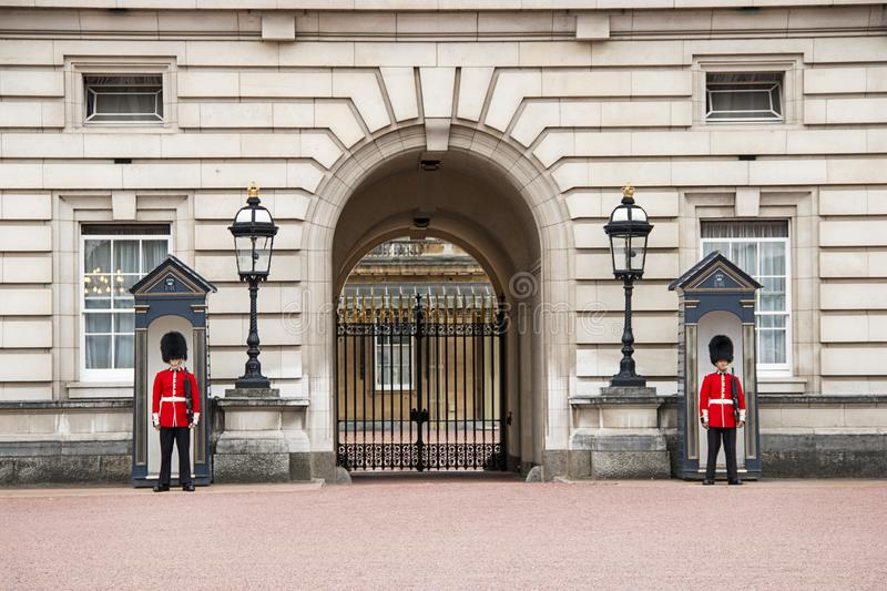 Guardias en el Buckingham Palace en Londres Inglaterra imagen de archivo