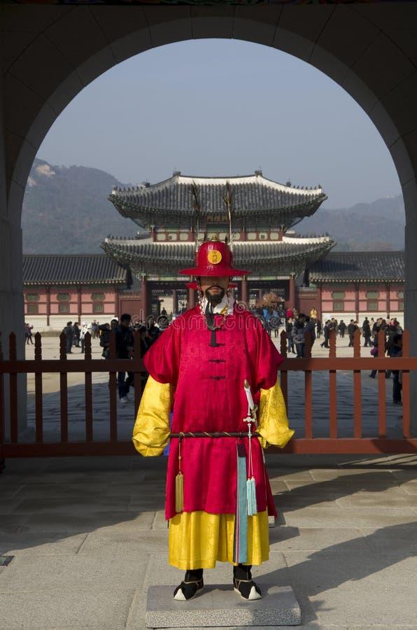 Guardias en el palacio de Gyeongbokgung foto de archivo