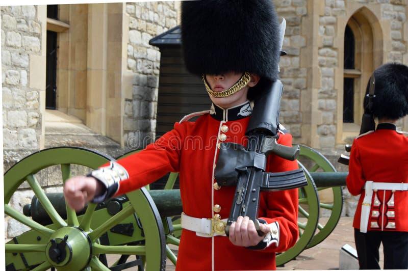 Guardias en la torre de Londres fotos de archivo
