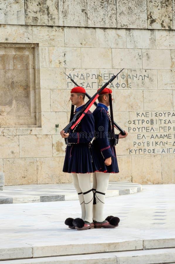 Guardias griegos tradicionales en el cuadrado del sintagma imagenes de archivo
