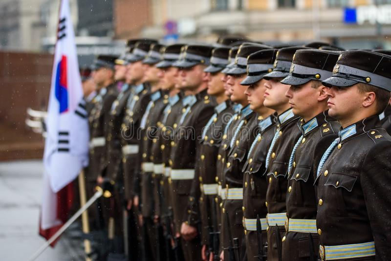 Guardias honorarios, durante ceremonia de las flores cerca del monumento de la libertad en Riga, Letonia imágenes de archivo libres de regalías