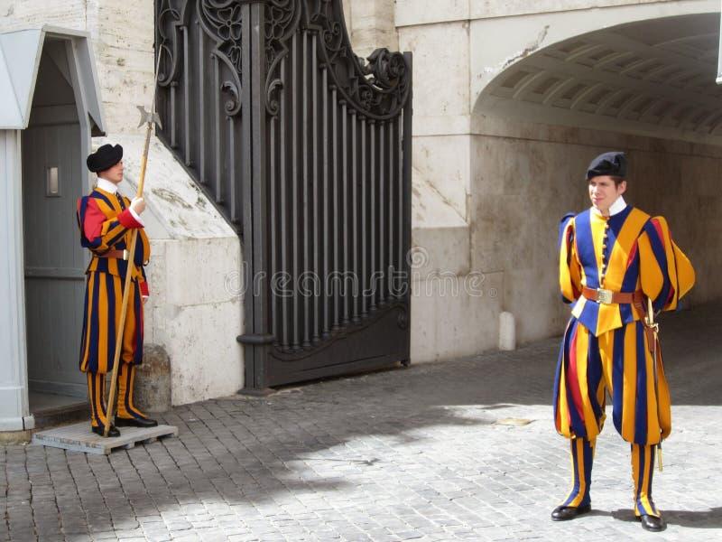 Guardias italianos fuera de la capilla de Sistine, Roma Italia foto de archivo libre de regalías