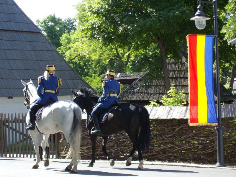 Guardias que patrullan a caballo