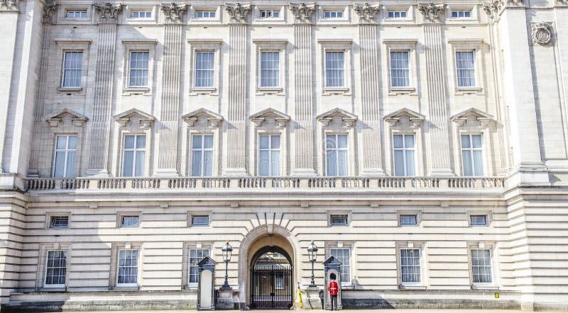Guardias reales británicos en la entrada del Buckingham Palace imagen de archivo libre de regalías