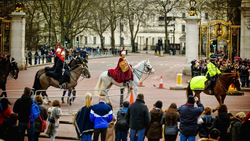 Guardias reales británicos que montan en caballo fotos de archivo