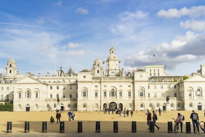Guardie di cavallo il giorno soleggiato piacevole di autunno a Londra Gran Bretagna immagini stock libere da diritti