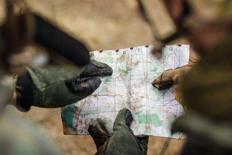 Download Guardie Forestali Sull'all'aperto Di Esame Della Mappa Immagine Stock - Immagine di gruppo, programma: 56876383