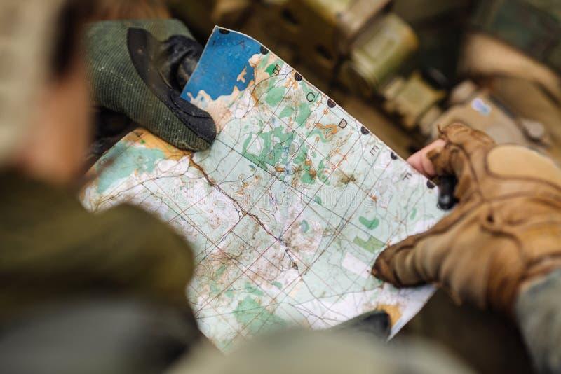 Download Guardie Forestali Sull'all'aperto Di Esame Della Mappa Fotografia Stock - Immagine di pattuglia, marino: 56876552