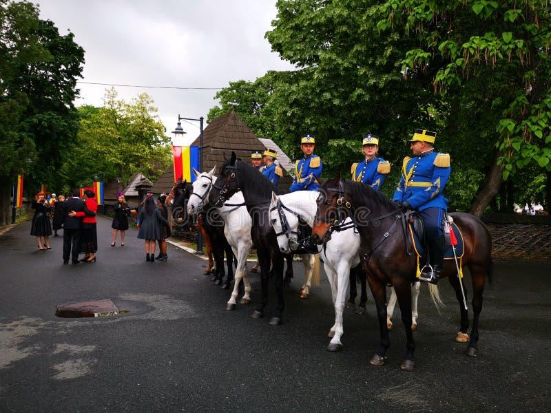 Guardie militari nella guardia di onore a cavallo ad Elisabeth Palace, Bucarest fotografia stock libera da diritti