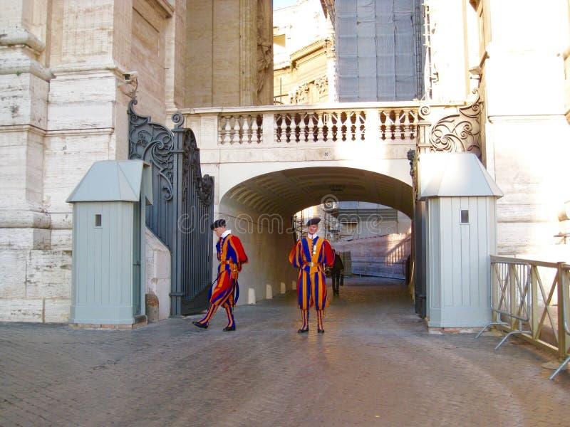 Guardie svizzere che custodicono l'entrata nel Vaticano fotografia stock