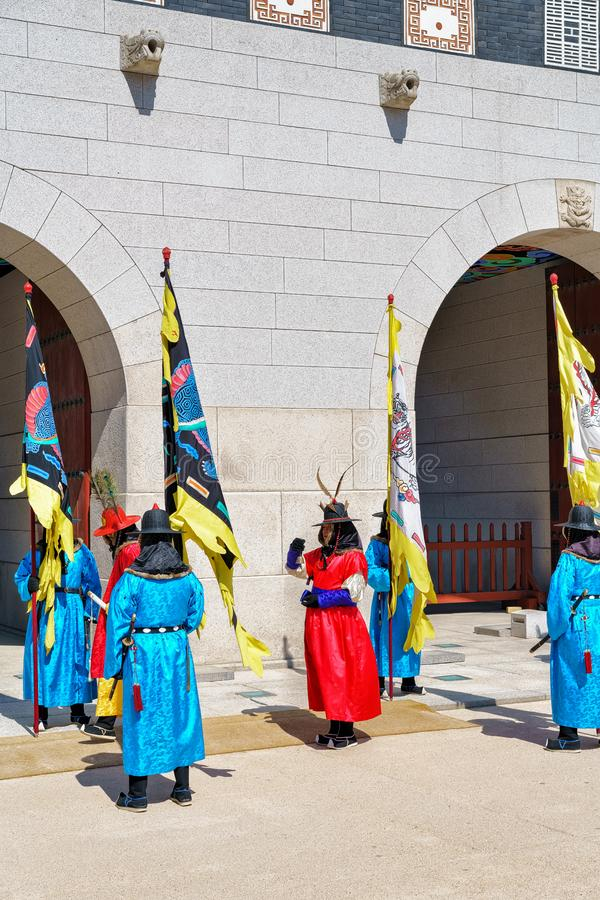 Guards at changing guard ceremony at Gyeongbokgung Palace Seoul foto de archivo libre de regalías