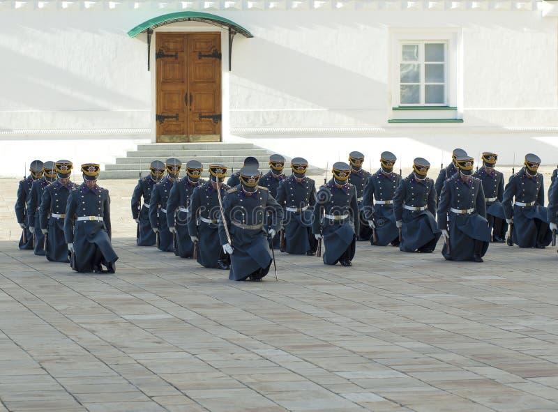 Guards på knä arkivbild
