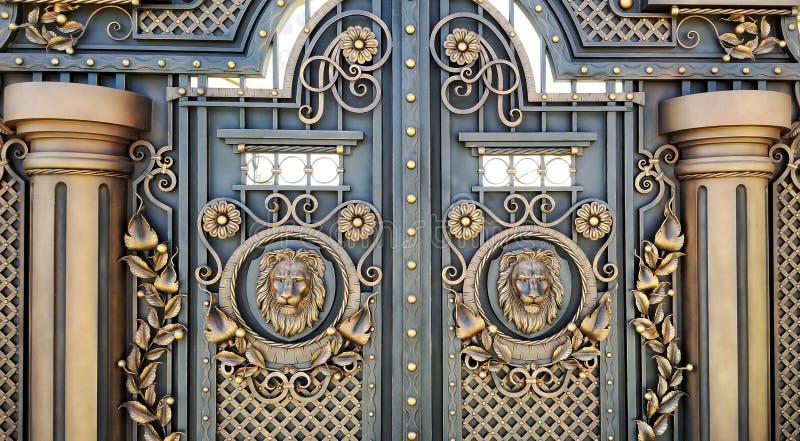 Guarnição decorativa com portas do metal feito fotografia de stock royalty free