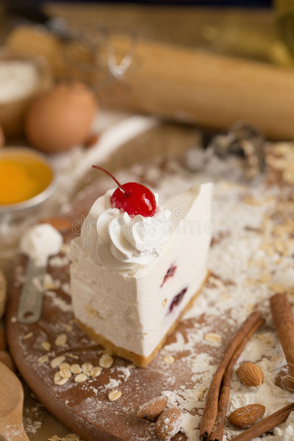 guarnizione del dolce della crema del formaggio con la crema e la ciliegia montate sedere del dolce fotografia stock libera da diritti