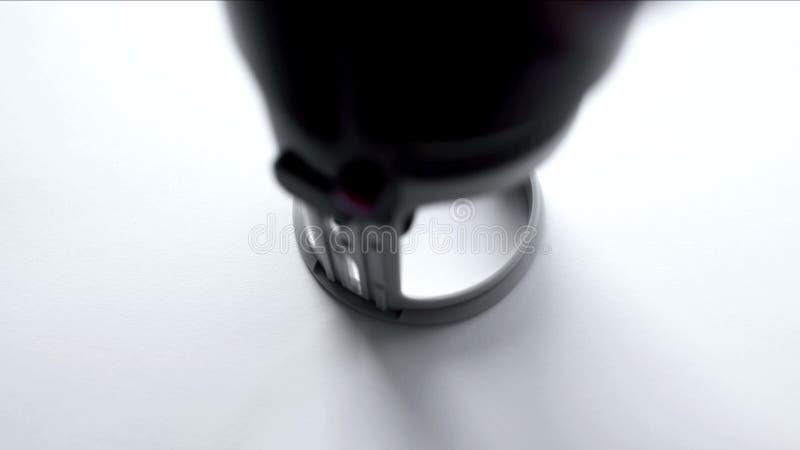 Guarnizione rotonda timbrata a mano su Libro Bianco in bianco, modello in bianco, controllo di qualit? fotografie stock libere da diritti
