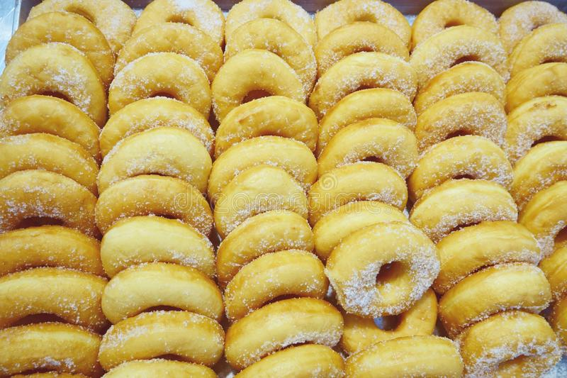 Guarnizioni di gomma piuma casalinghe con zucchero in polvere immagini stock libere da diritti