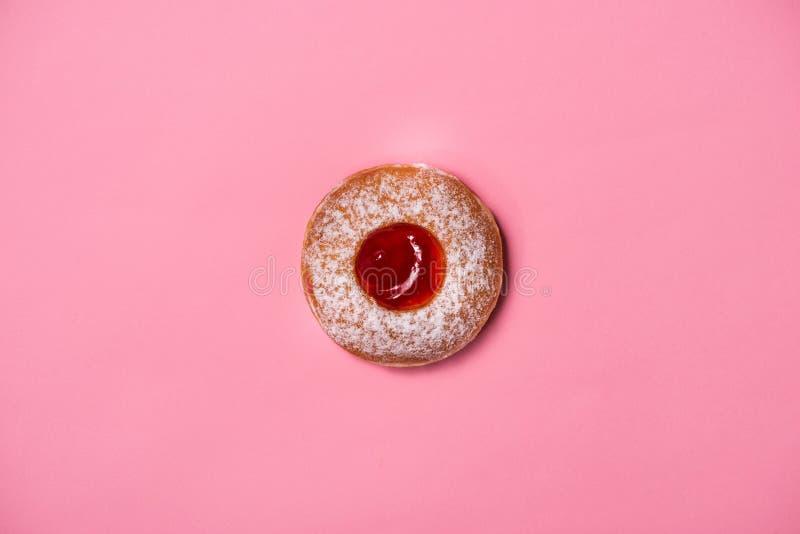 Guarnizioni di gomma piuma con glassa sul fondo di rosa pastello Guarnizioni di gomma piuma dolci immagini stock libere da diritti