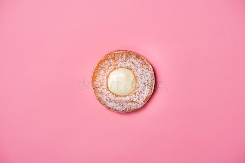 Guarnizioni di gomma piuma con glassa sul fondo di rosa pastello Guarnizioni di gomma piuma dolci fotografia stock libera da diritti