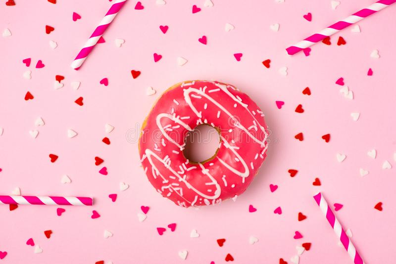 Guarnizioni di gomma piuma con glassa sul fondo di rosa pastello con copyspace Guarnizioni di gomma piuma dolci fotografia stock