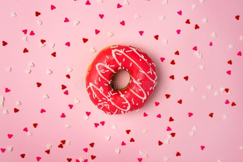 Guarnizioni di gomma piuma con glassa sul fondo di rosa pastello con copyspace Guarnizioni di gomma piuma dolci immagini stock libere da diritti