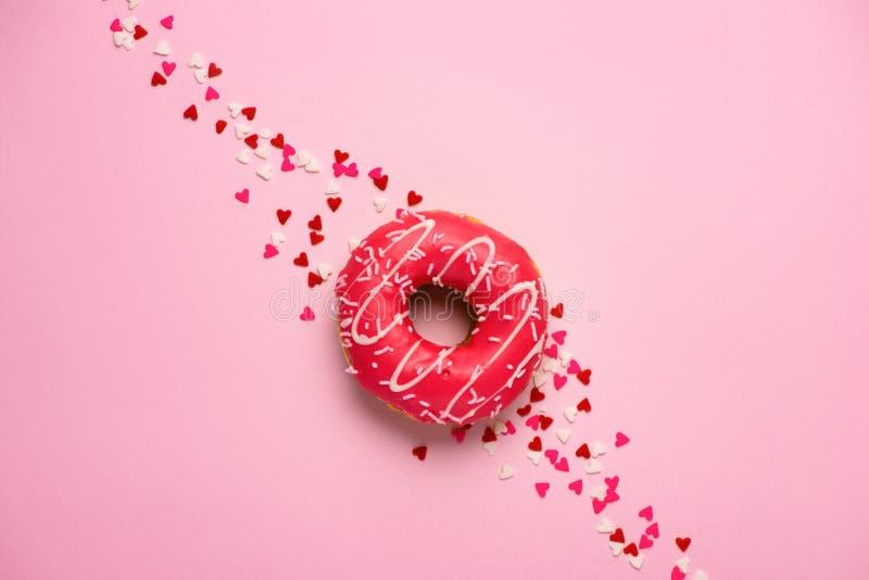 Guarnizioni di gomma piuma con glassa sul fondo di rosa pastello con copyspace Swee fotografia stock libera da diritti