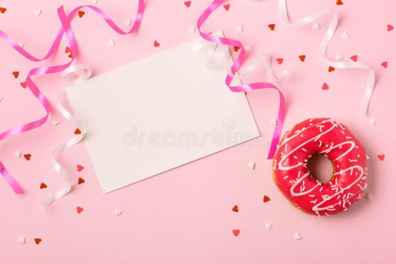 Guarnizioni di gomma piuma con glassa sul fondo di rosa pastello con copyspace Swee immagine stock