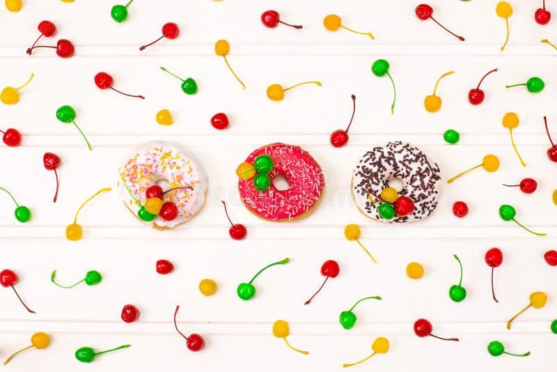 Guarnizioni di gomma piuma deliziose variopinte decorate con la ciliegia variopinta immagine stock