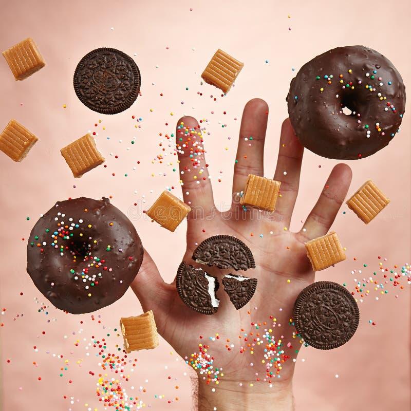 Guarnizioni di gomma piuma dolci con la glassa del cioccolato immagini stock