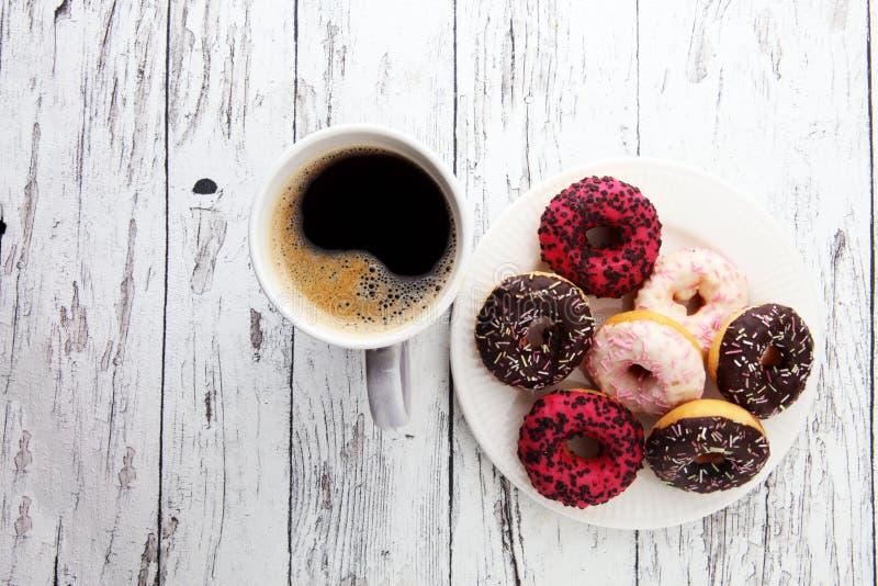 Guarnizioni di gomma piuma e caffè per una prima colazione dolce su fondo di legno fotografia stock