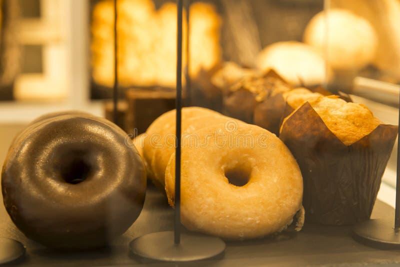 Guarnizioni di gomma piuma e muffin in un forno fotografie stock libere da diritti